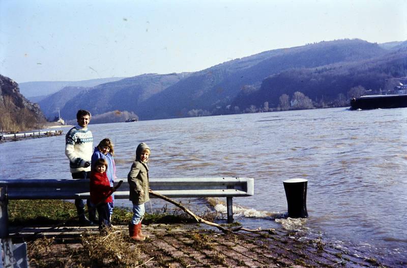 ausflug, familie, Gummistiefel, Hochwasser, Kindheit, leitplanke, Rhein, wasser