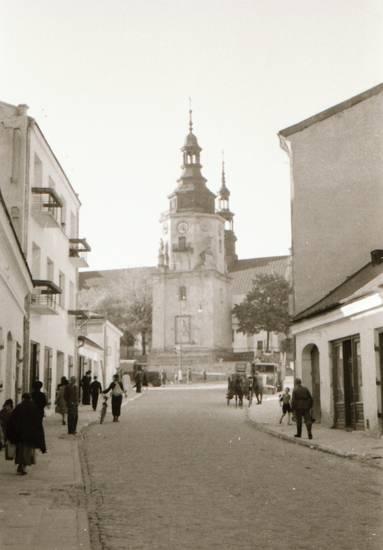 Hrubieszów, kirche, Kirchturm, Passant, Polen, straße