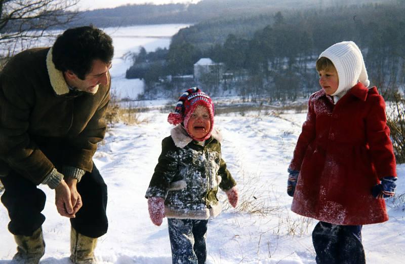 familie, Kindheit, schnee, spielen, Weinen, winter, zipfelmütze