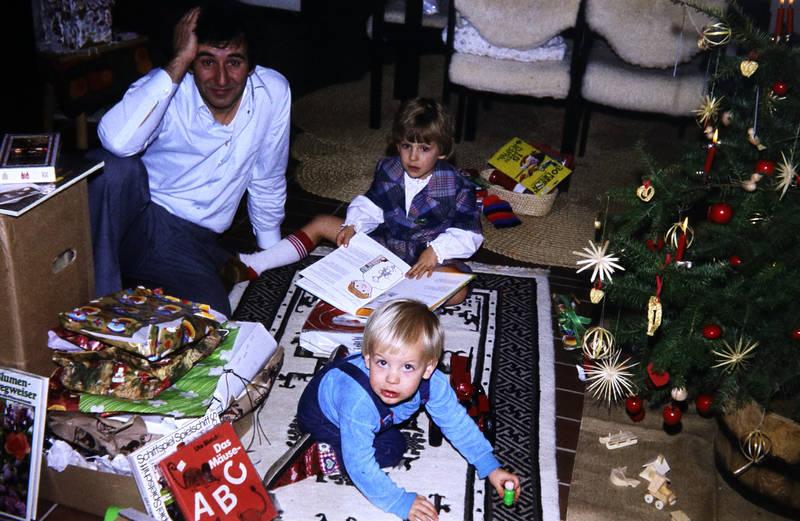 auspacken, Buch, familie, geschenk, Kindheit, papier, spiel, spielen, Tannenbaum, Weihnachten, Weihnachtsgeschenk
