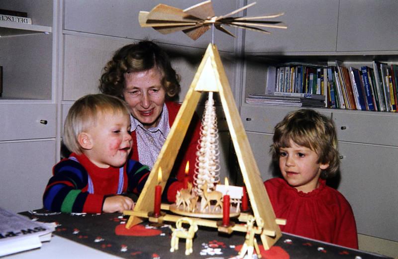 Großmutter, Kerze, Kindheit, oma, Weihnachten, Weihnachtspyramide, Weihnachtszeit
