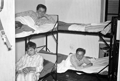 Kinder auf Betten