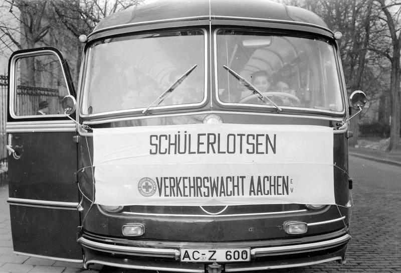 allee, baum, bus, Schülerlotsen, straße, Verkehrswacht Aachen