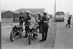 Uniformiert mit Motorrad