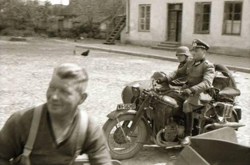 Militär und Motorrad