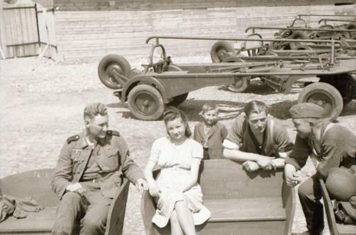 Soldaten sitzen zusammen