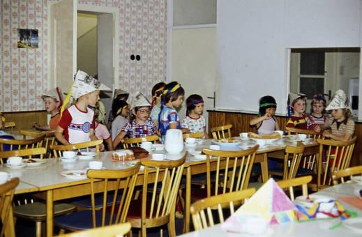 Papierhüte und Stirnbänder