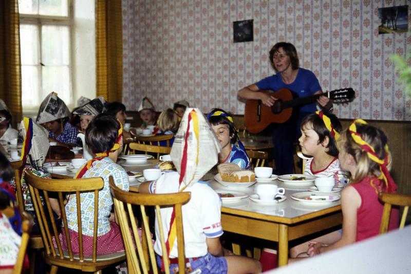 Eröffnung, Gitarre, kind, Kindergarten, Kindertagesstätte Zahlbach, Kindheit, Kita, kuchen, Papierhut, Stirnband
