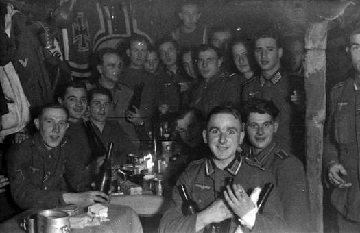Soldaten an gemeinsamem Abend