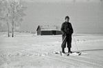 Soldat mit Skiern im Schnee