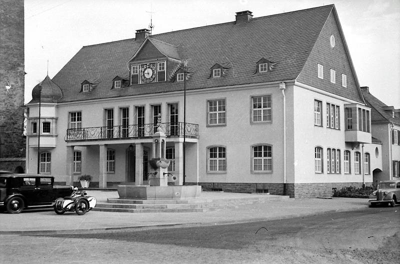auto, Brunnen, innenstadt, KFZ, Motorrad, PKW, Rathaus