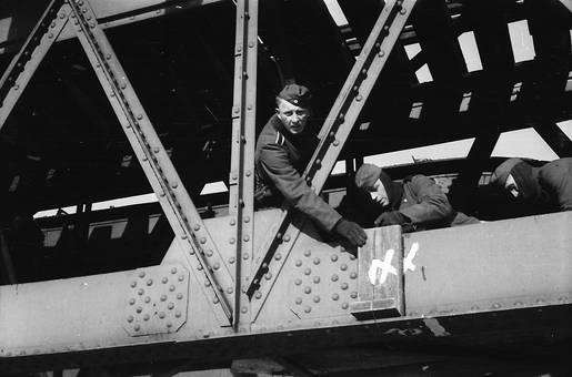 Soldaten auf der Brücke