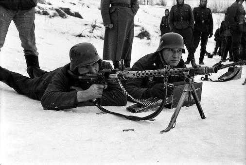 Soldat mit Maschinengewehr