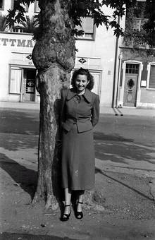 Frau vor einem Baum