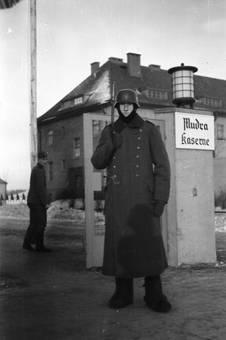 Soldat vor der Mudra-Kaserne