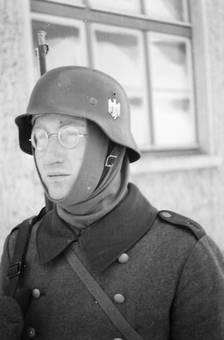 Soldat mit Brille