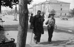 Zwei Männer auf einer Straße