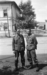 Zwei Soldaten auf der Straße