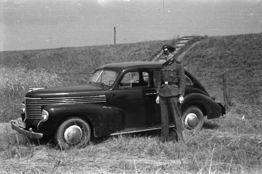 Soldat neben dem Auto