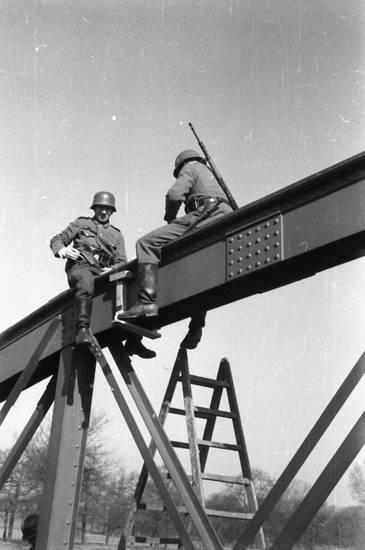 brücke, Helm, Träger, Uniform, Wehrmacht, wehrmachtssoldat, zweiter weltkrieg