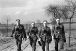 Vier Soldaten auf einem Weg