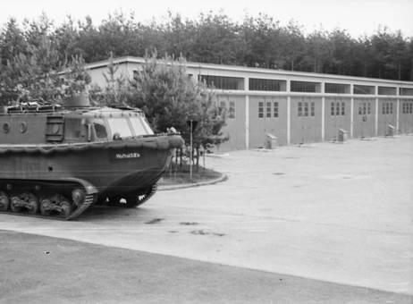 Transportpanzer neben Garagen