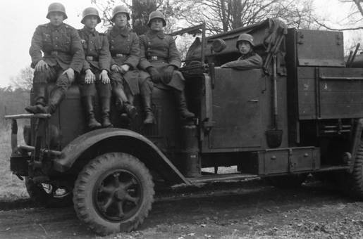 Wehrmachtssoldaten auf dem LKW