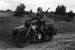 Soldat fährt auf dem Motorrad