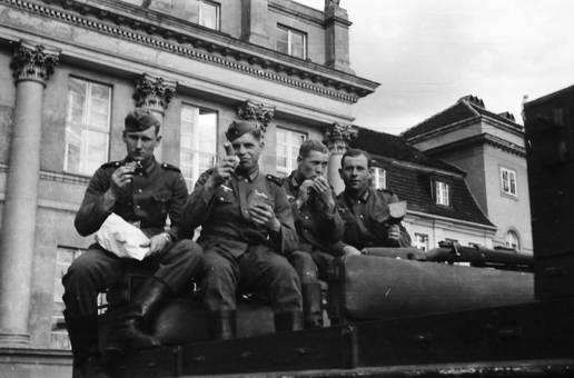 Wehrmachtssoldaten beim Essen