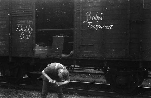 Vor dem Güterzug