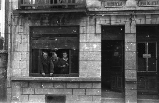 Drei Personen am Fenster