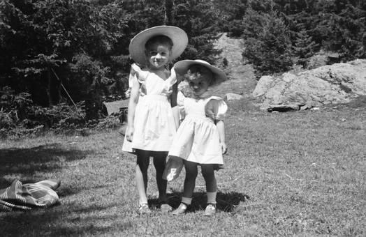 Kinder mit Strohhüten