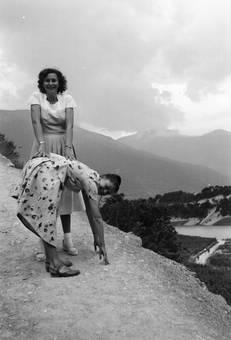 Zwei Frauen auf einem Berg