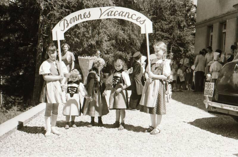 Bonnes Vacances, Folklore, gebäude, haus, Kindheit, Schild, Sonne, Sonnenschein, Tracht