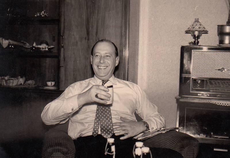 bierflasche, Krawatte, Radio, Schrankwand, tasse