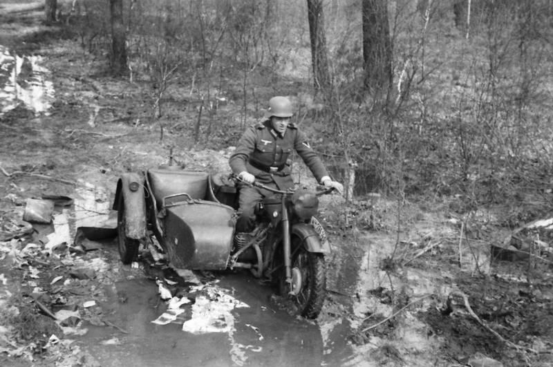 2.Weltkrieg, beiwagen, Helm, Motorrad, Motorradgespann, Pfütze, Uniform, wasser