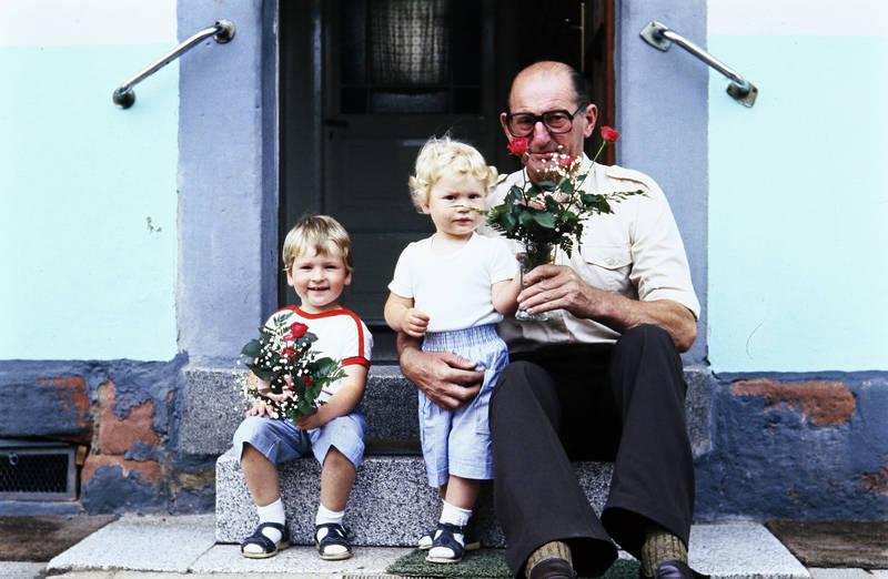 Blume, Blumenstrauß, Blumenvase, Großvater, kind, Kindheit, Opa