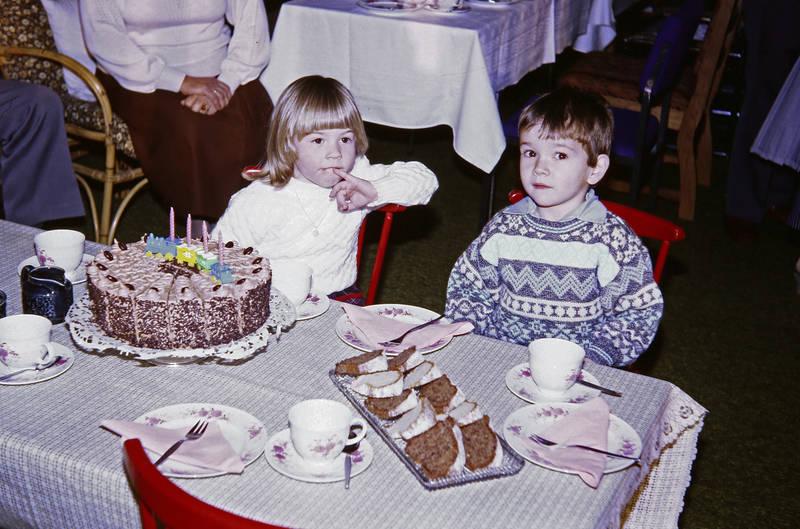 Geburtstagsfeier, Geburtstagskuchen, Kaffeetasse, kuchen, serviette, teller, torte