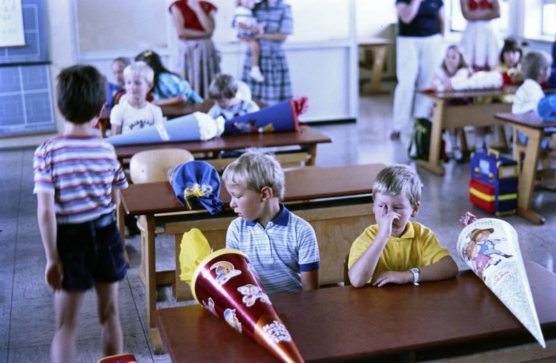 Daumenlutschen, Einschulung, Erster Schultag, Klassenzimmer, schulbank, Schüler, Schulkind, Schultüte