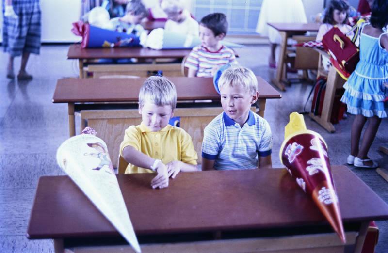 Einschulung, Erster Schultag, Kindheit, Klassenzimmer, schulbank, schule, Schultüte