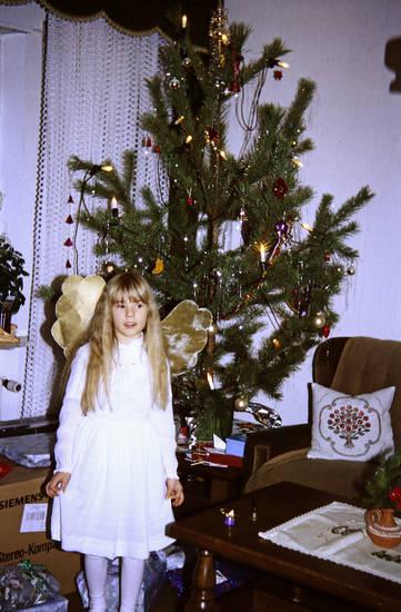 engel, Engelskostüm, Flügel, kind, Kindheit, Kostüm, Tannenbaum, verkleidung, Weihnachten, Weihnachtsbaum