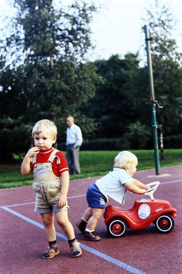 Bobby-Car, bobbycar, Kindheit, Latzhose, Sandalen mit Socken, Sportplatz
