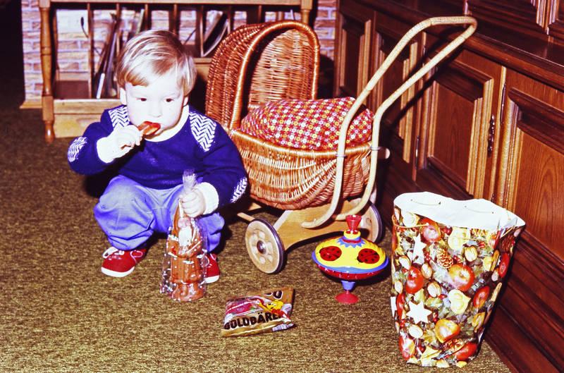 bollerwagen, geschenk, geschenktüte, Goldbären, Gummibären, haribo, Kindheit, Kreisel, Lolli, Lutscher, Nikolaus, Puppenwagen, Spielzeug