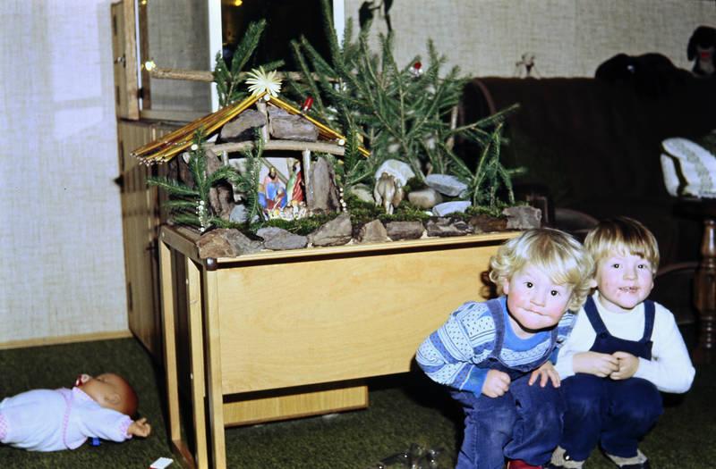 Geschwister, hocke, hocken, kind, Kindheit, Krippe, puppe, Weihnachtskrippe, Weihnachtszeit