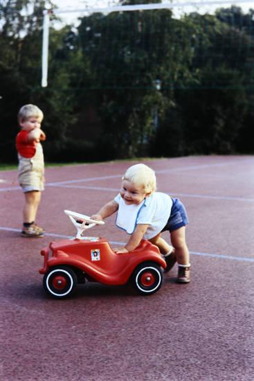 Bobby-Car, bobbycar, kind, Kindheit, Lätzchen, spielen, Sportplatz