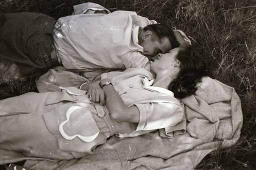 Paar im Gras