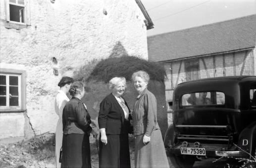 Vier Frauen neben einem Auto