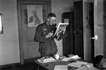 Zeitung lesender Soldat