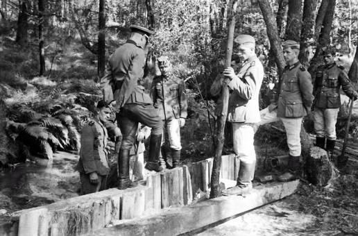 Wehrmachtssoldaten im Wald