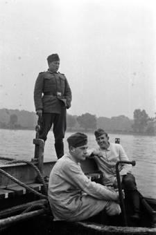 Soldaten am Fluss